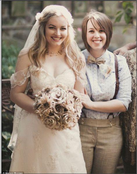 レズビアンカップルの結婚式もスタイリングは様々。みんな素敵な笑顔♪