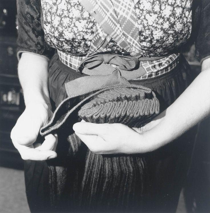 Registratie van het vouwen van kleding in Staphorst-Rouveen door Mevrouw J. Timmerman-Slager, t.b.v. onderzoek voor de tentoonstelling 'Kleding met een vouwtje'. De zwart-blauw gestreepte bovenrok. Het vouwen van de plooien gebeurt bij de gestreepte bovenrok precies volgens de streep. Bij effen rokken wordt er zigzag om de 7 cm. gevouwen.