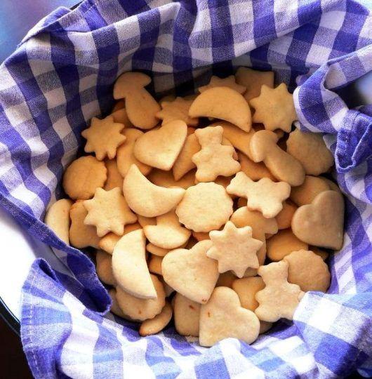 Cantitatea de cocă este pentruaproximativ 20 de biscuiti Ingrediente: 250 g unt la temperatura camerei, 60 g zahăr pudră, un plic de zahăr vanilat, o linguriță esentă de vanilie, 260 g făină, 1/2 linguriță sare Mod de preparare Se mixează untul până devine pufos. Peste unt se adaugă zahărul pudră și vanilia și se mixează …