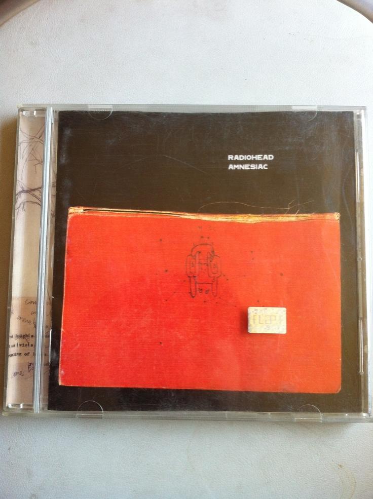 Quinto disco de Radiohead. Amnesiac fue editado el 2001 y ya me podía comprar los discos con cierta facilidad. Lo grabé en cassette porque todavía usaba walkman. No es de mis favoritos pero algunas canciones reflejan parte de mi vida en esos primeros años del nuevo siglo.