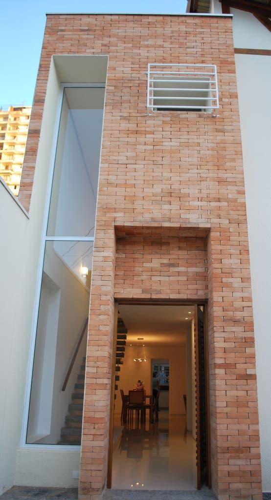 Brick Facade: Casas por arkdek, eclectic   – casas estreitas