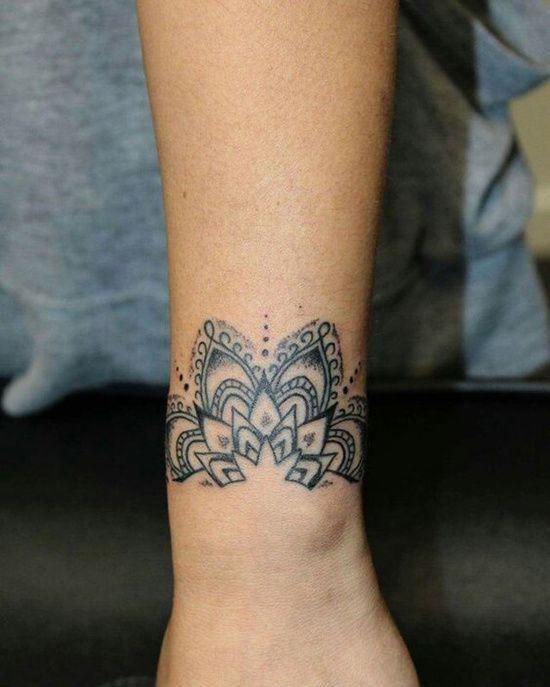 25 tatouages inspiration dentelle pour un look élégant. Sur le poignet