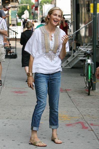 Kelly Rutherford.  Tunic + Rolled Jeans + Sandals.