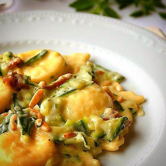 Ravioli de brie com abobrinha e pignoles para o domingo da @nuovacucina #nuovacucina #artesanal #chefem3minutos #chef #pasta