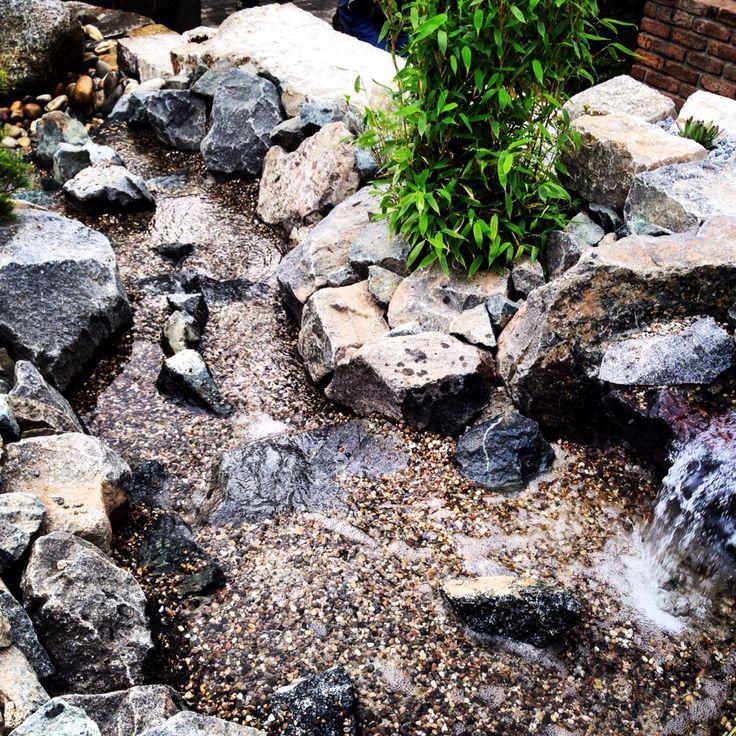 Cool Wasserlauf aus Gabbro Wasserbausteinen mit Oberrheinkies kombiniert Messestand Galabau C Huhn MHI NBS
