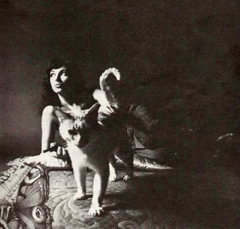 Kate Bush and cat. Nice image with the kittycat (with a periscope tail)! - Crazy powerful, 'Je nais se quoi' !