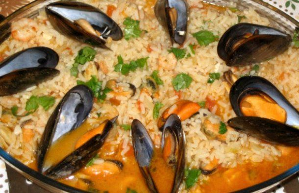 This Portuguese rice with mussels recipe (arroz de mexilhão) makes a very tasty dish, enjoy. #seafoodrecipes