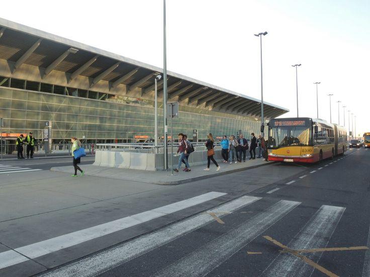 Przed terminalem. Fot. Dariusz Kłosiński