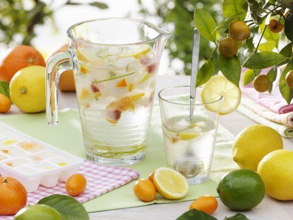 Erfrischendes Zitrus-Wasser ist ein Rezept mit frischen Zutaten aus der Kategorie Südfrucht. Probieren Sie dieses und weitere Rezepte von EAT SMARTER!