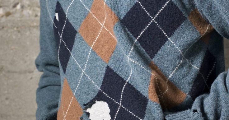 ¿Las polillas comen ropa de algodón?. Si encuentras agujeros en tu ropa de algodón, no asumas automáticamente que las polillas son responsables. La mayoría de los insectos prefieren las fibras animales en lugar de las vegetales, especialmente las polillas. Si bien los agujeros en las cosas de algodón probablemente son causa de un mal cuidado, hay algunos insectos que devorarán fibras ...