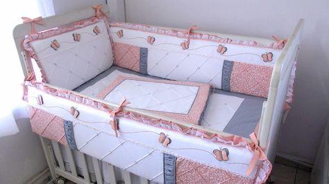 Contrastes como babados, vivos e amarras, são sempre feitos em tricoline com cores firmes. Produzido em Piquet puro algodão este kit contém acabamento especial com lâminas de espuma enroladas em manta acrilica, para os protetores, que ficam mais fofos porém não redondos. <br> <br>Composição 12 peças: <br> - Protetores de berço <br> (1 cabeceira 38x68cm + 2 laterais 30x130cm) 3 peças <br>- Trocador com espuma + plástico envelope <br> (Peça nervurada com barrado combinando 50x65cm) 1 peça…