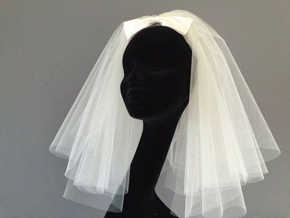 Dieser Bouffant-Schleier im 60er-Jahre-Stil ist ideal für alle, die den Retro-Look der 60er-Jahre lieben. Diese kurze v …   – Wedding