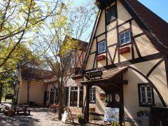 岡山県赤磐市にあるドイツは岡山農業公園ドイツの森クローネンベルク ドイツ風の農村をイメージしたテーマパークで施設としては農協公園になるんだけどそこではワイナリーや農産加工場レストランがあるんです 大人向けには地ビールもあるんです ここに来たらワインとビールはチェックしておきたいところ  そして子供たちにもたのしいアトラクションが ゴーカートやバズーカ砲アーチェリーや自転車ランドなどがあってファミリーでも楽しめるのです tags[岡山県]
