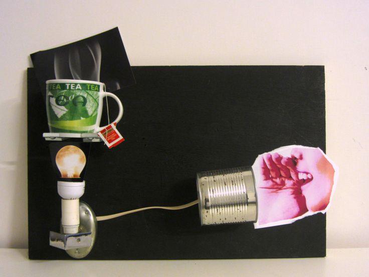 BOLLITORE-KETTLE YAM Composito di legno compensato riciclato,latta,cavo ethernet, frammenti fotografici,lampada,tazza,bustina di thè  trasformazione energetica: Un sussurro attraverso un gioco d'infanzia e comunicazione che si fa rete. Una tale forza di diffusione ha potenza a sufficienza da arroventare una lampadina. Di lì è facile, basta un piccolo supporto e la nostra tazza di tè è pronta!