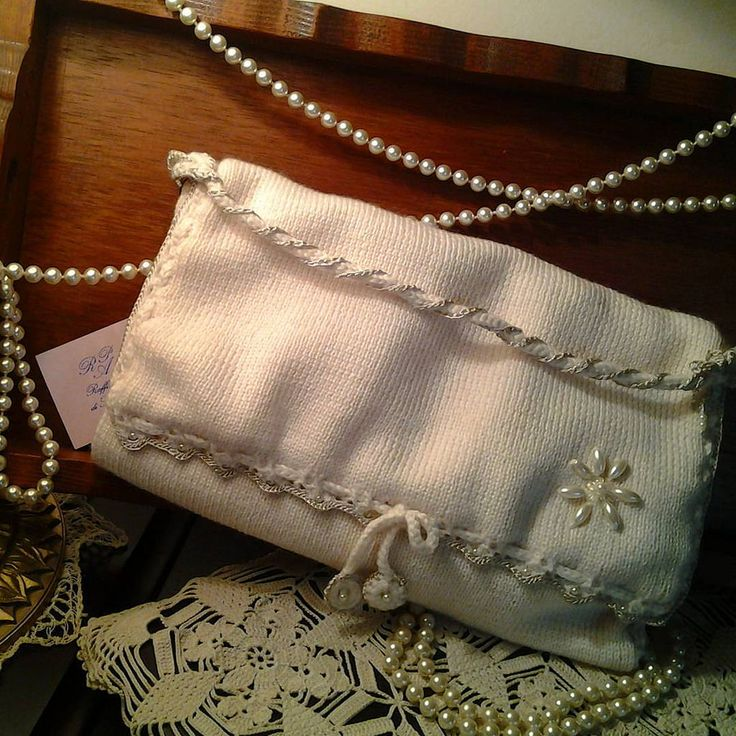 https://flic.kr/p/EwuyaH | LE TRAME DI ROSSELLA ANTICHI INTRECCI PER CREAZIONI ESCLUSIVE LUXURY CLOTHES AND ACCESSORY HANDMADE Pochette in maglia di morbida lana color panna con rif.in lucida vistosa uncinetto ed inserti perlati ....white wool end pearl for tris luxury Pochette | Pochette in maglia di lana con rifiniture in lucido viscosa col. perla con applicazioni  cod. 521