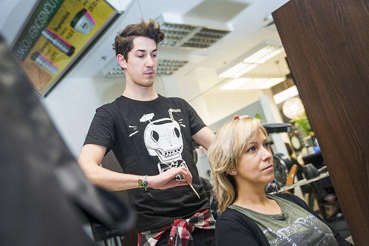 Druhou účastníčkou tohtoročnej zmenárne bola pani Silvia.  V salóne Pierot dostali jej vlasy atraktívnejšiu farbu. Tmavý blond so zaujímavými ružovo-šedými odleskami jej skvele zvýraznil črty tváre.