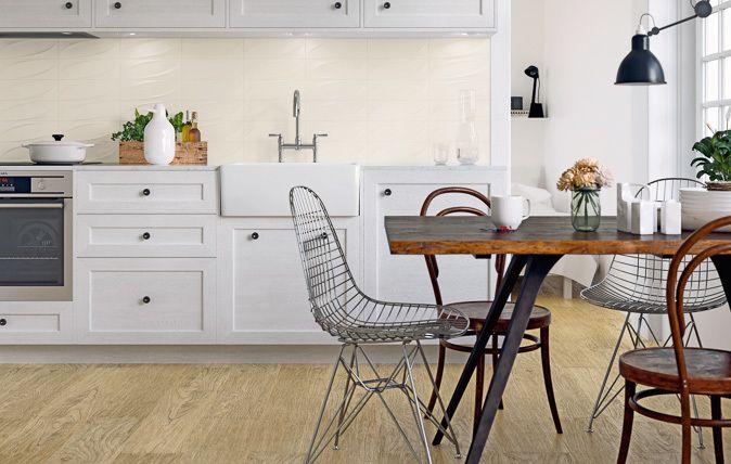 Kolekcja Tenone Ceramiki Paradyż powstała z inspiracji przestrzennymi efektami, które wywołuje światło padające na niejednorodną powierzchnię. Wąskie, matowe kafle są dostępne w stonowanej palecie: Bianco, Beige, Grafit – stanowiącej idealne tło do ekspozycji dekorów o  trzech typów struktur, wpisujących się w estetykę nowoczesną, minimalistyczną i klasyczną.