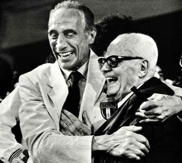 L'11 Luglio 1982 è stata una notte magica per milioni di italiani. Tutti avrebbero voluto abbracciare Enzo Bearzot e Sandro Pertini. Anche oggi...
