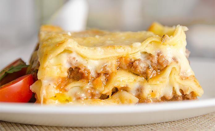 Лазанья (итал. Lasagna) — вид итальянской пасты, представляющее из себя пласты теста их твёрдых сортов пшеницы, которые прослаивают разнообразной начинкой и запекают. Лазанья - это традиционное блюдо итальянской кухни, и существует множество вариантов его приготовления. Сегодня мы будем готовить лазанью с мясным фаршем и соусом Бешамель, а с помощью нашего пошагового рецепта с фото вы приготовите самую вкусную лазанью.