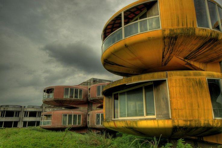 Maisons extra terrestres – San Zhi - Taïwan - Leur construction a commencé en 1978 pour accueillir les officiers militaires américains. Les travaux on été abandonnés par manque de moyens, laissant derrière eux une ville fantôme inachevée.