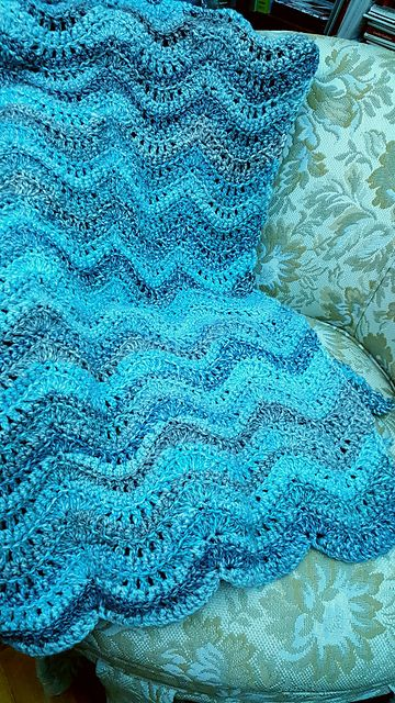 Feather and Fan Baby Blanket – free crochet pattern #crochet #freepattern