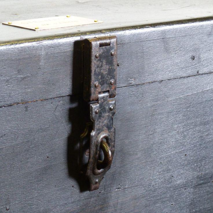 Coffre ancien en bois peint en noir avec plaque en laiton - lignedebrocante brocante en ligne chine pour vous - meubles vintage et industriels - objets insolites et curieux!