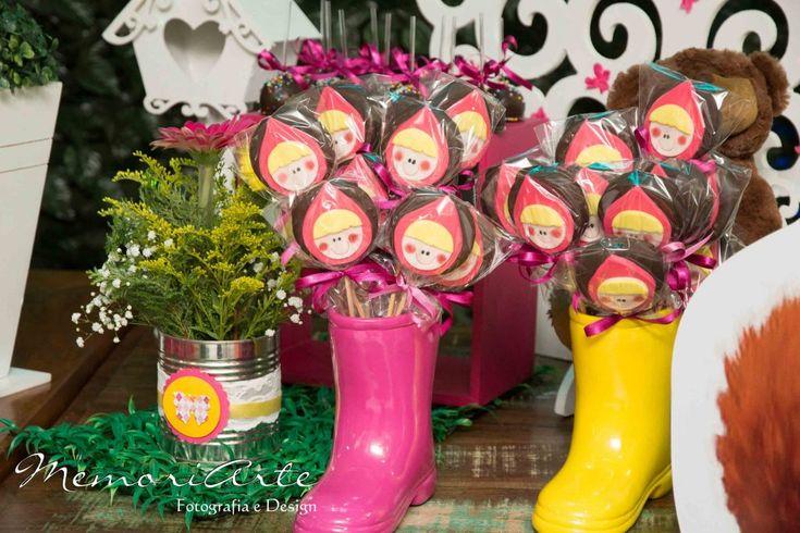 Uma lata de leite decorada com rendas, fitas e scrapbooking serviu de vaso para as flores da mesa da festa Masha e o Urso.