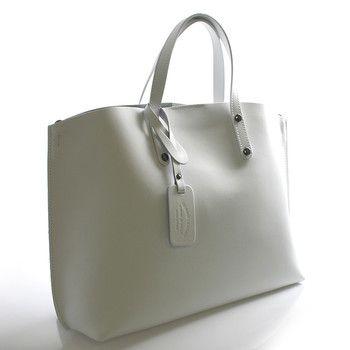 #italy Bílá luxusní kožená kabelka především do ruky nebo na předloktí ItalY s nadčasovým a zároveň trendy designem. Zavírání je vyřešeno Italským způsobem - magnetický cvoček, uvnitř je potom zipem uzavíratelný vak. Na stěně je jedna kapsa na zip. Ke kabelce lze připnout popruh.
