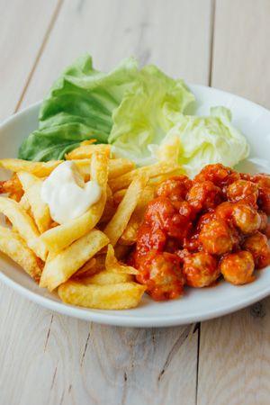 Ik heb het recept recent een beetje aangepast en er een nieuwe foto bij geplaatst. Je kan de kleine balletjes in tomatensaus zowel koud als warm eten.