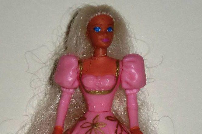Vous avez vite appris que les cheveux de Barbie ne repoussent pas après les avoir coupés.