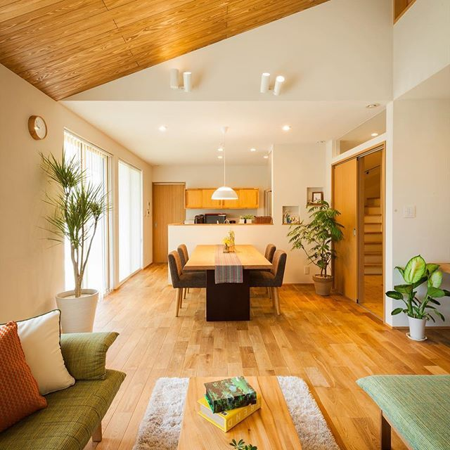 勾配天井のldk 天井は面積が大きいので 木がお好きな方は木をはるといいかもです ロフトの窓もポイント グランハウス 設計事務所 建築士 住宅 岐阜 インテリアコーディネーター 木の家 造作 天井 天井板張り 無垢の床 新築 インテリア リビン リビング