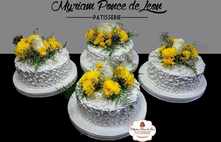Pastel de bodas realizado con merengue y flores naturales