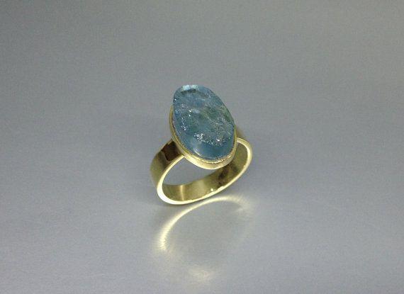 A raw stone Aquamarine ri