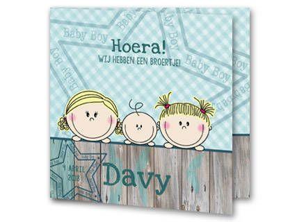 Een geboortekaartje voor een jongen met drie kindjes, een klein jongen en zijn twee grote zussen, die over groen steigerhout heen hangen. Achter de kinderen is de achtergrond groen geruit en daarover is een transparante ster geplaatst. Aan de binnenkant van het geboortekaartje is de achtergrond in dezelfde stijl als de voorzijde.