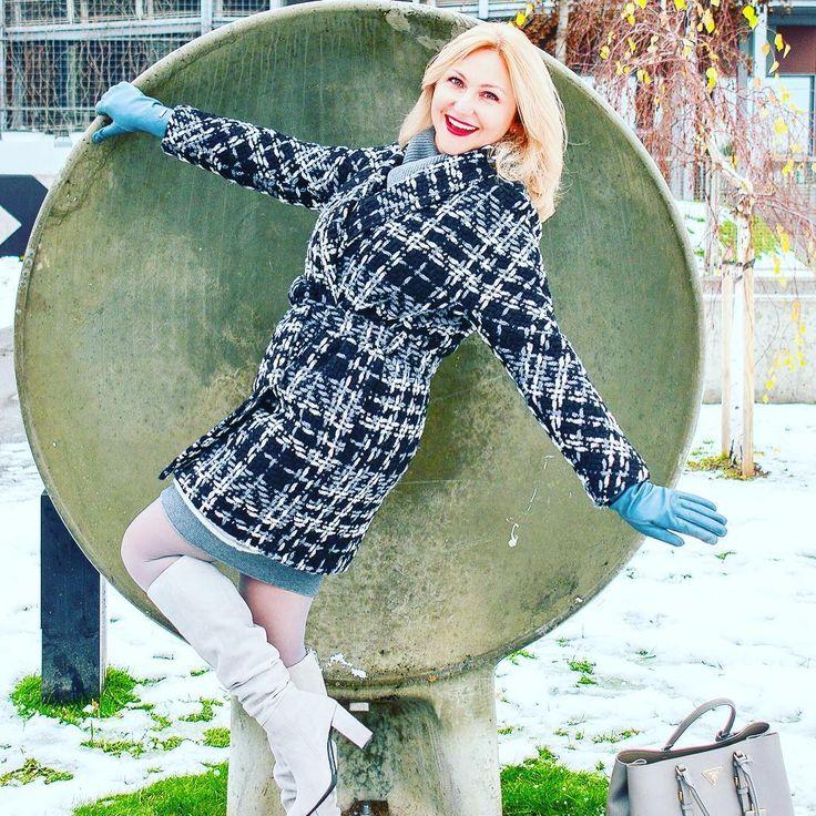 Happy Thursday! Sweater dress and shades of grey. The only pop of color is my red lips💋💋💋🆕 fashion post is on my blog! // link in BIO 🇵🇱 pięknego dnia! Swetrowa sukienka i odcienie szarości. A jedyna kropla koloru, to moje czerwone usta💋💋💋 - 🆕 nowy post modowy na moim blogu // link w profilu!  #photorobertbajkowski #theweekoninstagram