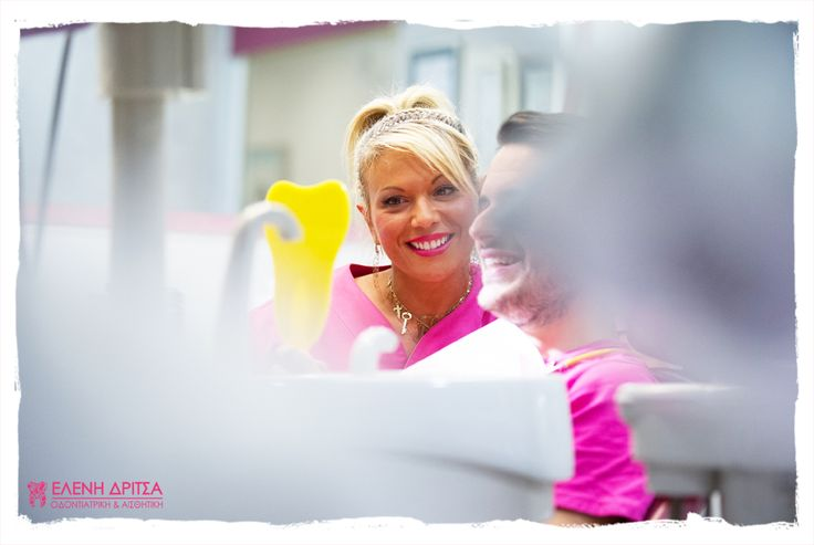 Η στιγμή της ικανοποίησης -τόσο για την γιατρό όσο και για τον ασθενή- έρχεται όταν καθρεφτίζεται για πρώτη φορά το αποτέλεσμα της δουλειάς μας: ένα όμορφο και υγιές #χαμόγελο!   photo © Vicky Lafazani
