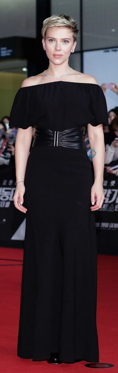 Who made  Scarlett Johansson's jewelry, leather belt, and black off the shoulder gown?