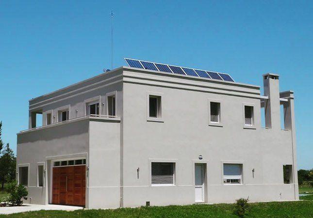 La Casa G  tiene el equilibro perfecto entre funcionalidad estética y eficiencia energética. Además de contar con paneles y termotanques solares tiene un sistema de captación de agua de lluvia que permite reutilizarla para limpieza y riego.  Estos proyectos en Argentina demuestran una vez más que el cambio ya es una realidad!  #solamerica #renuevatuenergía
