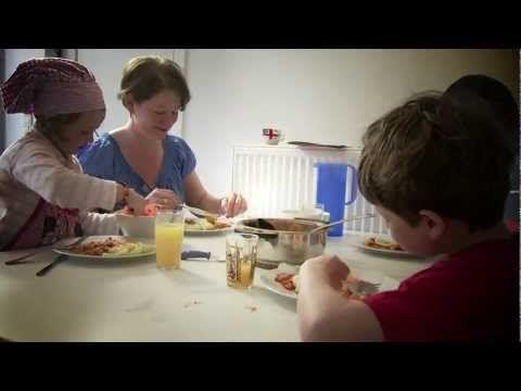 Eten en kleuters. Ouders hebben graag dat hun kinderen gezond en voldoende eten... maar aan tafel zitten, proeven en eten is soms lastig bij kleuters. Hoe kan je als ouder het goede voorbeeld aan je kleuter geven? www.groeimee.be