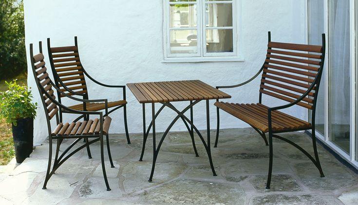 Soffa, stol och bord i Jarrah och järn. Trädgårdsmöbel designad av Tommy Daun