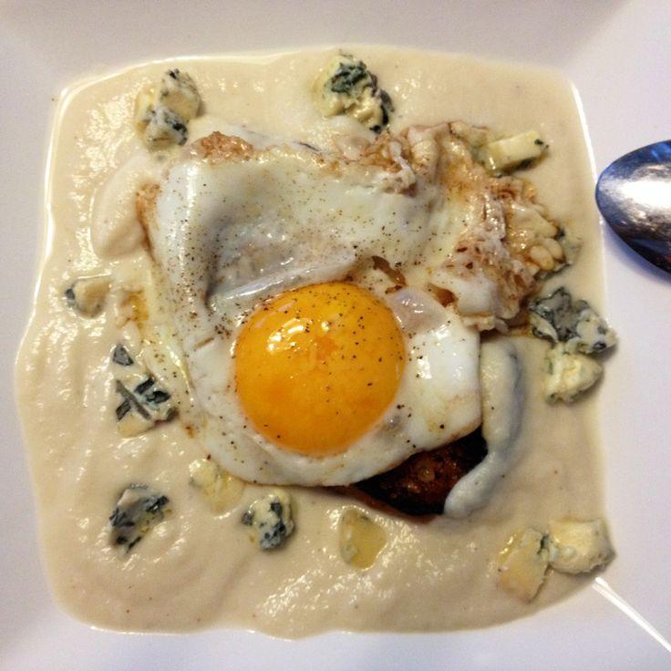 Crème de chou-fleur, St-agur, croûtons et oeuf sur le plat