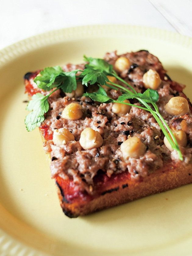鶏挽き肉とひよこ豆のトースト/トーストが肉の旨みを逃さないのがうれしいポイント。鶏挽き肉を生のままのせて焼いてもOK。あふれ出る肉汁をそのまま吸い込んだ一枚は、食事にもワインにもおつまみにもぴったりだ。 #レシピ #elleatable