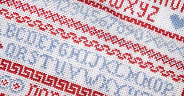 Cómo bordar nombres a mano. El bordar nombres le da un toque personal a los edredones, bolsas, ropa y más. Para bordar a mano, necesitarás algunas herramientas como el hilo de bordar, una aguja de coser y un bastidor de bordado. La seda es mucho más gruesa que el hilo de coser y viene en una gran variedad de colores. Una aguja de bordar tiene un ojo grande para acomodar el ...