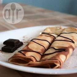 Crepes de banana: Estos crepes franceses facilísimos están rellenos con una crema y bananas, y servidos con crema chantilly.