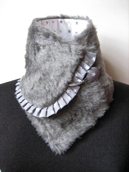 Pour avoir toujours le cou au chaud , cette version du col écharpe réversible est à la fois simple et chic , chaud et élégant , bref un snood moiti...
