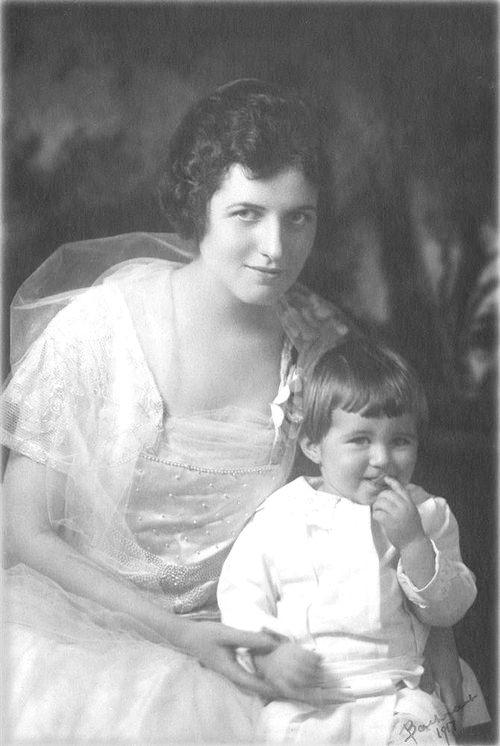 Rose and Joseph Kennedy Jr, around 1915 ❤❤❤ ❤❤❤❤❤❤❤ http://www.nps.gov/jofi/index.htm http://en.wikipedia.org/wiki/Rose_Kennedy http://en.wikipedia.org/wiki/John_F._Kennedy