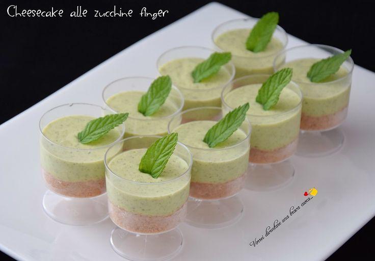 Oggi voglio proporvi la cheesecake alle zucchine finger! Si tratta di una cheesecake salata preparata con le zucchine e servita nei bicchierini finger.