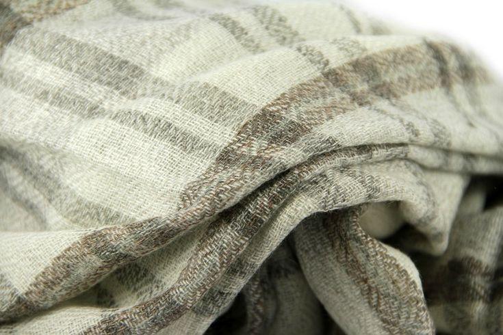 Magnifique grande écharpe en laine cachemire haut de gamme.