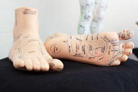 Voetreflexologie is een massagetechniek waarvan de oorsprong in China en India ligt.