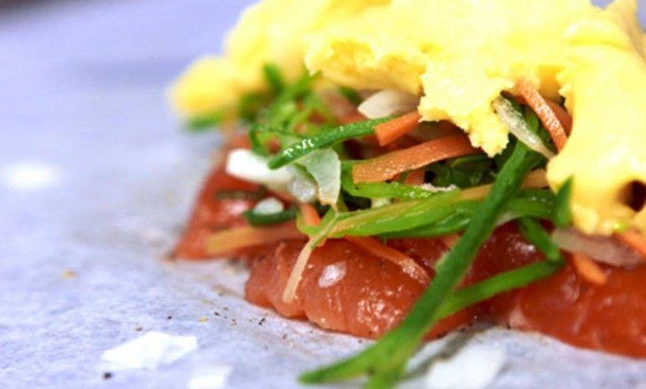 Röding i papper med grönsaker. Tillagning av fisk i papper gör att alla smaker finns kvar när man öppnar paketet. Fräscht och gott och fisken tillagas var